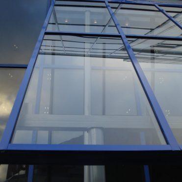 Kozyrki i navesy iz zakalyonnogo stekla
